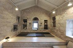 Decoración minimalista en una gran casa de piedra