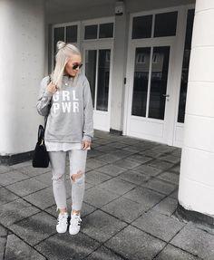 Ces cotons ouatés qui donnent tellement de style  #lookdujour #ldj #grlpwr #girlpower #sweatshirt #grey #streetstyle #fallfashion #style #inspiration #outfitideas #outfitinspo #inspiration #regram  @lisaskindoffashion
