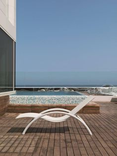 FORMENTERA Sunbed by Dolcefarniente Outdoor Collection. Luxury outdoor furniture in synthetic wicker and rattan produced and distributed by DFN Srl. Suitable for garden, pool, wellness area, spa, patio, terrace, veranda, balcony, sundeck, courtyard, porch, lanai, boat, yacht and ship. #chaiselongue #chaiselounge #dormeuse #sunbeds #deckchair