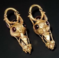 PAIR OF EARRINGS. Each consists of a sphere decorated with beads and cabochons of garnet, which are suspended four-leaf plant completed five fruits. Hinged clasp. Gold and garnet. Roman Art, Ist-IIIrd century. H_6 cm Roman gold earrings with garnet cabochons. 1st - 3rd century A. D.