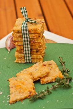 Für unangemeldete Gäste oder als schnelles Geschenk unschlagbar: Parmesan-Olivenöl-Cracker. Hier mit Thymian, Rosmarin, getrockneten Tomaten und Knoblauch.