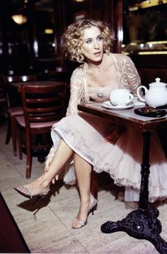 Sarah Jessica Parker taking a tea break as only she can - with style and elegance. Carrie Bradshaw Outfits, Carrie Bradshaw Estilo, Sarah Jessica Parker, City Outfits, Newspaper Dress, City Style, Celebs, Celebrities, Olivia Palermo