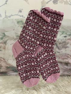 Damesokk strikket sisu fra Sandnes garn. #strikking #strikke #strikkesokker #sokker #knitsocks #knitspiration #strandedknitting #mønsterstrikk Gloves, Socks, Fashion, Moda, La Mode, Sock, Fasion, Stockings, Mittens