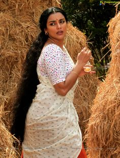 Swetha Menon changing her saree in Rathinirvedam - High Resolution Poster Size Photos Beautiful Girl Indian, Beautiful Girl Image, Beautiful Long Hair, Beautiful Indian Actress, Cute Beauty, Beauty Full Girl, Shweta Menon, Harley Davidson, South Indian Actress Hot