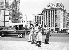Varias personas detienen su marcha para observar la aparición de un supuesto OVNI a mediados de 1950, en la esquina de Reforma y Bucareli. Al fondo se encuentra la Avenida de la República, con el antiguo Edificio Corcuera del lado izquierdo FOTO: Juan Guzmán, Colecciones Fotográficas de Fundación Televisa