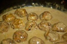 Συνταγή για κεφτεδάκια λεμονάτα!Θα τα λατρέψετε! Φτιάχνονται με ότι κιμά θέλετε και θυμίζει η γεύση τους πολύ το φρικάσε!Τα παιδιά θα τα αγαπήσουν Υλικά: 700γρ. κιμά (ότι κιμά και να βάλετε ακόμη και απο κοτόπουλο γινονται μούρλια) 160γρ. ψίχα ψωμιού 1-2 κρεμμύδια ψιλοκομμένα 2-3 κουταλιές μαϊντανό ψιλοκομμένο 1/2 χούφτα τυρί τριμμένο 2 ασπράδια αυγών Λίγο … Beef Recipes For Dinner, Meat Recipes, Cooking Recipes, Minced Meat Recipe, Food Porn, Greek Cooking, Greek Dishes, Greek Recipes, Different Recipes