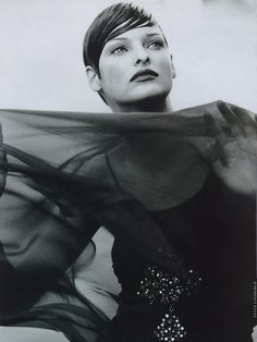 Harpers Bazaar US Nov 1992 - Linda Evangelista by Peter Lindbergh Linda Evangelista, Peter Lindbergh, Black White Photos, Black And White Photography, Grunge, Hip Hop, Robert Frank, Hugh Grant, Moving To Paris