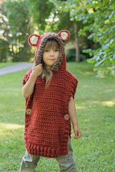 This is a crochet pattern for hooded fox poncho Max. The poncho is worked with basic stitches and super bulky yarn, seamed from the shoulders. Perfect for a little boy or girl to keep warm and look cute. Work it in gray yarn to make it into a Wolf poncho. T-shirt Au Crochet, Poncho Au Crochet, Crochet Buttons, Crochet Shirt, Crochet Beanie, Crochet Stitches, Crochet Hats, Crochet Simple, Easy Crochet Patterns