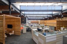Open office space to engender community and rich office collaboration Open Office, Cool Office, Office Noise, Office Meeting, Warehouse Renovation, Privacy Shades, Warehouse Office, False Ceiling Living Room, Ceiling Beams