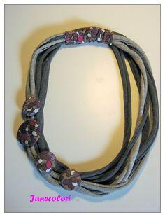 collana di stoffa, collier tessuto,riciclato, grigio con bottoni rivestiti color viola e fucsia : Collane di janecolori-accessoires