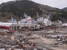 『君の名は。』新海誠監督が語る 「2011年以前とは、みんなが求めるものが変わってきた」 Japan Earthquake, Earthquake And Tsunami, Tornados, Tsunami 2011, Memories Faded, Fukushima, Japan Photo, Wild Nature, Natural Disasters