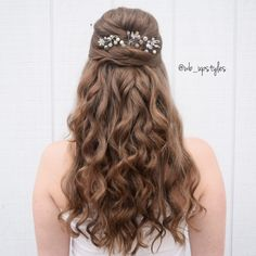 Natural soft looking curls for her wedding day! Loose natural curls for a half up hairstyle!