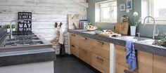 Rustikal-moderne Küche mit Fronten aus Eiche und Abdeckung aus Beton von Koak Design aus Abbenbroek/NL (Rotterdam)