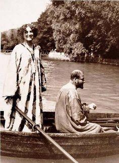 Emilie Flöge und Gustav Klimt im Ruderboot am Attersee (Emilie Flöge and Gustav Klimt in a Rowing Boat on Attersee) , 1909 postcard Schmuckmuseum Pforzheim, Pforzheim, Germany