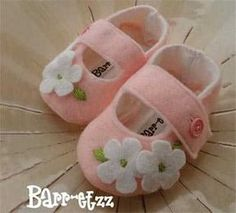 Felt Booties, Felt Baby Shoes, Baby Girl Shoes, Doll Shoe Patterns, Baby Shoes Pattern, Dress Patterns, Baby Knitting, Crochet Baby, Baby Boots