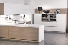 130 cm magas szekrény beépített készülékekkel! Franco & Stefano SOLAR konyhabútor | világos tölgy furnérozott / fehér matt festett | munkalap 4 cm vastag fehér akril | alumínium falburkol...
