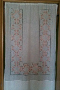 Gloria Blay Mas. Cortina de lino, bordado cadenetas y vainicas.