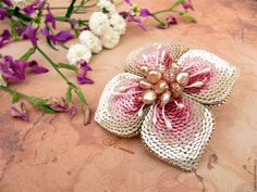 Купить Брошь-цветок вышитая паеткими и натуральным жемчугом - брошь цветок, брошь-цветок