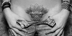 Tatuajes de ave fenix Galería de las mejores imagenes de tatuajes de ave fenix Existe una relación desde tiempos inmemoriales entre los tatuajes y el ave fénix. De hecho, tanto el origen de este ser mitológico como esta forma de grabar la piel poseen un origen remoto y tan lejano que produce hasta cierto vértigo. Sin embargo, el tiempo