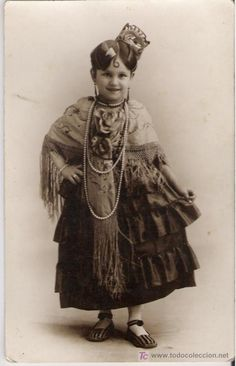 Niña con traje murciano, postal del año1928.