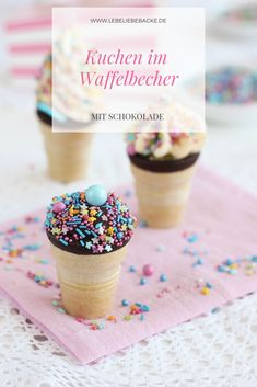 Kuchen im Waffelbecher Small cakes in a waffle cup - a hit on every child's birthday, at carnival or Desserts For A Crowd, Fancy Desserts, Fancy Cakes, Fancy Sprinkles, Cream Cheese Muffins, Cinnamon Muffins, Small Cake, Le Chef, Paleo Dessert