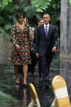 Já no jantar com o presidente Raúl Castro, Michelle usou um vestido florial com fundo escuro de Naeem Khan - muito elegante!