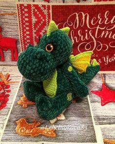 Бесплатный мастер-класс от Татьяны Челноковой по вязанию плюшевого дракончика по имени Ди. Высота вязаного крючком дракона примерно 30 см. Для изготов…
