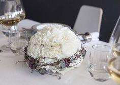 Pynt festbordet med en vakker dekorasjon med hvite nelliker.