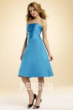Robe demoiselle d'honneur plissée bleue à A-ligne sans bretelle longue aux genoux $229.99 Robe courte