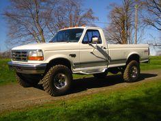 """Ford : F-350 XLT - The tires are near full tread 35"""" LT315/75/R16 Maxxis Buckshot Mudders."""