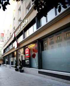 En el hotel Ibis Maravillas trabajamos en la dirección de obra e interiorismo de: lobby, restaurante y áreas de servicios comunes. También llevamos a cabo una labor de consultoría de Desarrollo e Implantación y Project management. Labor, Madrid, Hotels, Restaurants, Buildings, Interiors