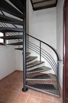 Yves Deneyer - Menuiserie métallique - Ferronnerie Spiral Stairs Design, Staircase Railing Design, Home Stairs Design, Interior Stairs, Steel Bed Design, Staircase Outdoor, Small House Layout, Balcony Grill Design, Rustic Stairs