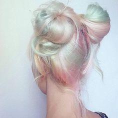Pelo holografico: http://www.cosmopolitantv.es/noticias/17087/consigue-un-fantastico-holographic-hair