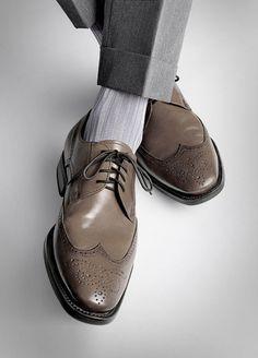 Brown shoes with grey suit/slacks