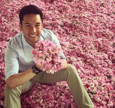 With Damask roses being dried in Isparta, Turkey. I'm so envy. I try to smell Damask roses through the pic..sniff, sniff.
