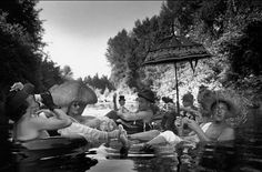 Miembros de la Seattle Tubing Society se relajan después del trabajo. (1953)