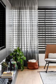 〚 Black and white apartment with warm accents in Tel Aviv (110 sqm) 〛 ◾ Photos ◾ Ideas ◾ Design #livingroom #curtains #flooring #interior #design #homedecor #home #decor #interiordesign #idea #inspiration #cozy #living #space #style