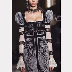 "52 Likes, 4 Comments - Runwayshow France (@runwayshowfrance) on Instagram: ""@alexandermcqueen prêt-à-porter collection printemps-été 2017. 👉🏽#runwaysfrance 👉🏽#alexandermcqueen…"""
