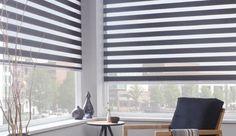 Een grijs met wit roljaloezie is een mooie en rustgevende toevoeging voor uw werkkamer. #inrichting #interieur #roljaloezie #raamdecoratie #woonidee Reading Nook, Ramen, Blinds, Curtains, Living Room, Elegant, Architecture, Fireplaces, Design