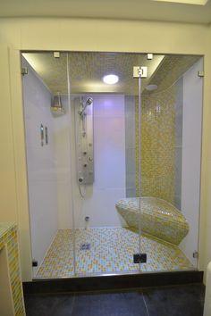 SPA design: Steam room sauna / Tepidarium with infrared-heated seat, Schöne Dampfdusche mit einem Ecksitz und genügend Platz zum duschen beheizt mit Infrarot-Strahlungswärme ausgeführt als Tepidarium