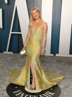 Kate Hudson Here Are The Looks Worth Seeing From The Vanity Fair Oscars After-Party Kate Hudson, Draped Dress, Strapless Dress Formal, Stunning Dresses, Nice Dresses, Emerald Green Velvet Dress, Nude Gown, Ciara And Russell Wilson, Versace Gown