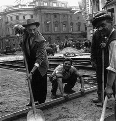 1964 Kalman Latabar comedian, actor helps to the workers, at Lujza Blaha square Old Pictures, Old Photos, Budapest, Anno Domini, Vintage Photography, Homeland, Historical Photos, Comedians, Famous People