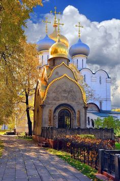 Moscow Russia ~ Golden autumn in the Novodevichy convent. Russian Architecture, Sacred Architecture, Church Architecture, Ukraine, Beautiful World, Beautiful Places, Cathedral Church, Church Building, Moscow Russia