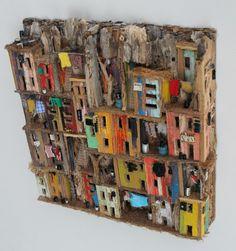 Er is vooral veel hout gebruikt en het is met lijm aan elkaar geplakt. Ik vindt dit kunstwerk mooi omdat er veel leuke huisjes zijn in veel verschillende kleuren.
