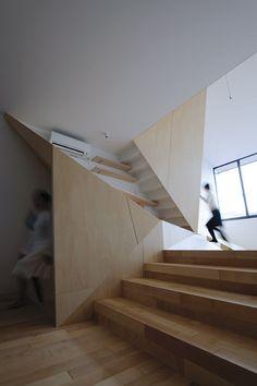 다면체의 비밀: 다이나믹한 조각들은 마치 건축가의 직관적인 감상에 의해 디자인된 조형물 같아 보이지만 논리적인 컨셉과 다기능적 요소를 지닌 파티션월로 계획되었다. 수직과 수평 이외에 3차원 방향성을 갖는 다면월은 3개층을 넘나들며 선과 선이 만나는 링크점마다 새로운 공간으로 안내하는 역활을 한다. 이것은 서로 다른 3개의 레벨공간을 하나의 공간으로 연속되게 만들어주어 작은 볼륨의 공간을 크게 만들어주는..
