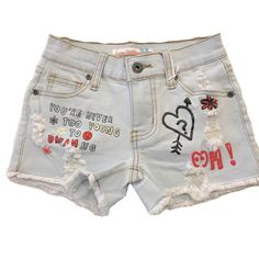Stylish light wash distressed denim shorts, great with a plethora of different outfits with fun graphic print. Look Short Jeans, Disney Shorts, Vintage Havana, Printed Denim, Distressed Denim Shorts, Girls Pants, Hot Pants, Sewing Ideas, Jean Shorts