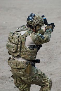"""-and -gun drill for """"squirrels"""". primary weapon is down; SHTF and you are CQB with sidearm.Run -and -gun drill for """"squirrels"""". primary weapon is down; SHTF and you are CQB with sidearm. Special Forces Gear, Military Special Forces, Military Gear, Military Police, Airsoft Gear, Tactical Gear, Armas Airsoft, Battle Belt, Tac Gear"""