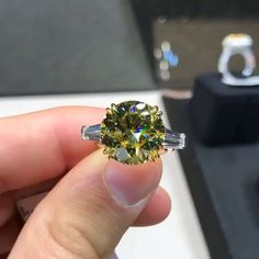 Jeweller: @vechler Couple Ring Design, Diamond Color Scale, Diamond Jewelry, Jewelry Rings, Estilo Kylie Jenner, Ring Verlobung, Beautiful Rings, Colored Diamonds, Ring Designs