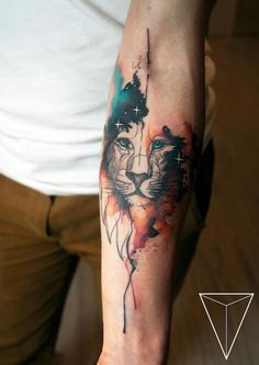 farbiges löwin tattoo am unterarm, löwinkopf mit sternen, tattoos für frauen