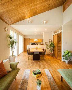 いいね!828件、コメント11件 ― 設計士きりちゃんさん(@kiri2chan)のInstagramアカウント: 「勾配天井のLDK。 天井は面積が大きいので、木がお好きな方は木をはるといいかもです^ ^ ロフトの窓もポイント。 #グランハウス#設計事務所#建築士#住宅 #岐阜#インテリアコーディネーター#木の家…」